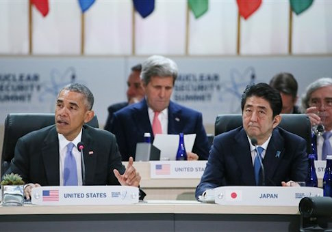 U.S. President Barack Obama (L) and Japanese Prime Minister Shinzo Abe, with Secreatary of State John Kerry (C) / AP